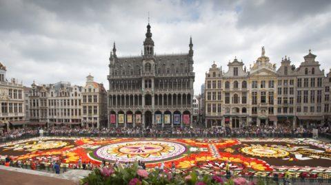 Brüsszel, 2018. augusztus 16. Óriási virágszõnyeg Brüsszel fõterén, a Grand Place-on 2018. augusztus 16-án. Ebben az évben több mint félmillió virágot használtak fel a készítõk, a témát a mexikói Guanajuato régió gazdag hagyománya kínálja. (MTI/AP/Virginia Mayo)