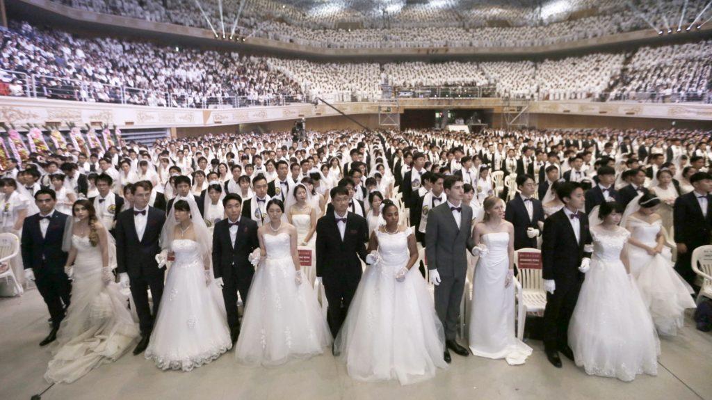 Kaphjong, 2018. augusztus 27. Mintegy négyezer, a világ minden tájáról összegyûlt pár esküvõje a kaphjongi Cshung Sim Béke Világközpontban 2018. augusztus 27-én. A tömeges menyegzõt Szun Mjung Mun dél-koreai tiszteletesnek, az Egyesítõ Egyház szekta egykori vezetõjének özvegye, Hak Dzsa Han Mun szervezte. (MTI/AP/Ahn Jung Dzsun)