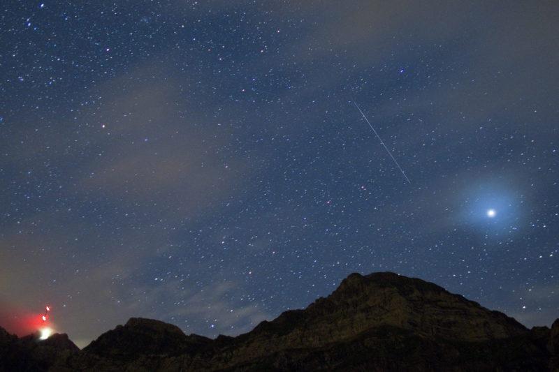 Schwaegalp, 2010. augusztus 11.<br /> Hullócsillag az égen a svájci Alpokban fekvõ Saentis hegy fölött, Schwaegalp közelében 2010. augusztus 11-én. A csillagászok szerint az idén is a leglátványosabb látnivaló a Perszeidák. A meteorraj zápora óránként 50-100 fényes meteorral augusztus 11. és 12. éjjelén éri el csúcspontját azon szemlélõdõk számára, akik a városi fényektõl távol figyelik a sötét égboltot.<br /> (MTI/EPA/ALESSANDRO DELLA BELLA)