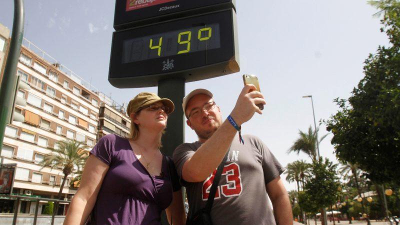 Córdoba, 2018. augusztus 1. Utcai hõmérõvel fényképezkednek turisták Córdobában 2018. augusztus 1-jén, amikor a hõmérséklet bõven meghaladja a 40 Celsius-fokot. (MTI/EPA/Salas)