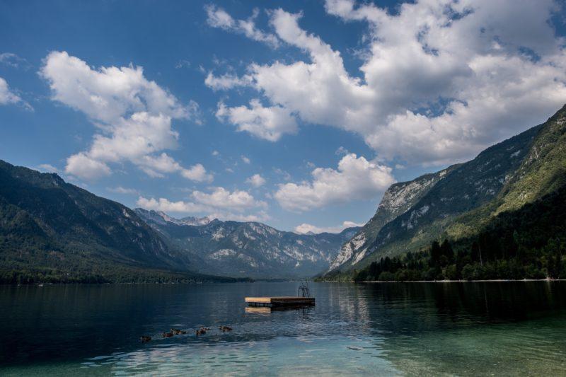 Ribcev Laz, 2018. augusztus 2. A Bohinji-tó látképe a szlovéniai Triglavi Nemzeti Parkban 2018. augusztus 1-jén. (MTI/EPA/Filip Singer)
