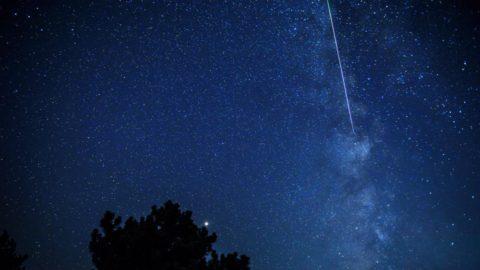 Szkopje, 2018. augusztus 12. A Perseidák meteorraj a Tejút közelében Szkopje közelében 2018. augusztus 12-én. A Perseidák az egyik legismertebb, sûrû csillaghullást elõidézõ meteorraj. A raj sok apró porszemcsébõl áll, amelyek a földi légkörben nagy sebességük következtében felhevülnek és elégnek. (MTI/EPA/Georgi Licovszki)