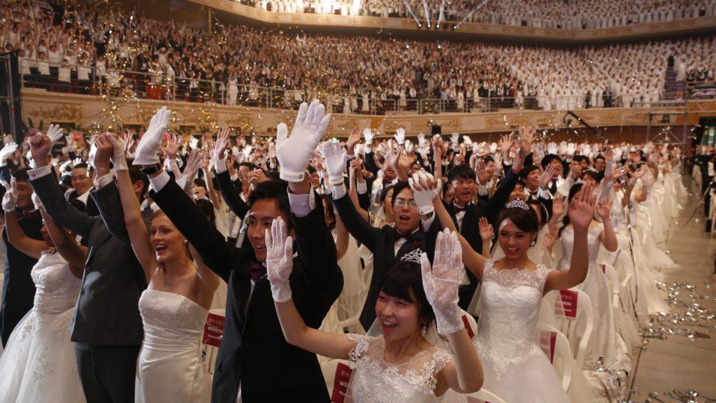 Kaphjong, 2018. augusztus 27. Mintegy négyezer, a világ minden tájáról összegyûlt pár esküvõje a kaphjongi Cshung Sim Béke Világközpontban 2018. augusztus 27-én. A tömeges menyegzõt Szun Mjung Mun dél-koreai tiszteletesnek, az Egyesítõ Egyház szekta egykori vezetõjének özvegye, Hak Dzsa Han Mun szervezte. (MTI/EPA/Dzson Hon Kjun)