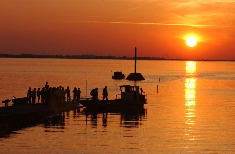le soleil se couche, le 01 juin 2002, sur le passage du Gois, reliant Beauvoir-sur-Mer, sur le continent et l'ile de Noirmoutier, entièrement recouvert par la mer, à marée montante. AFP PHOTO FRANK PERRY. / AFP PHOTO / FRANK PERRY