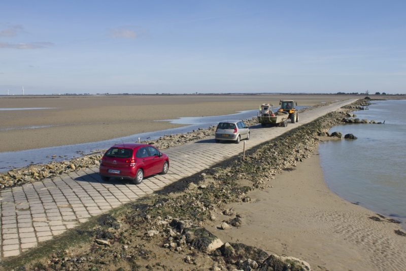 """France, Vendee, """"le passage du Gois"""", submersible road connecting the mainland to the island of Noirmoutier."""