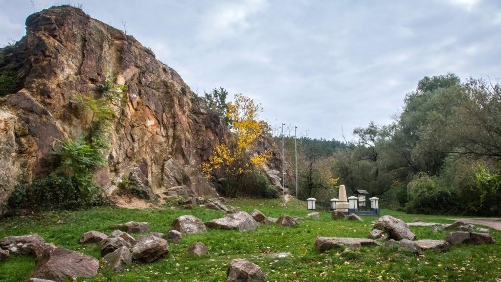 Nadap, 2014. október 25. A szintezési õsjegy 1888-ban állított emlékmûve a Velencei-hegységben, Nadapon. A szintezési õsjegy a térképészet és az építészet egyik legfontosabb meghatározójának, a magasság mérésnek magyarországi legfõbb viszonyító pontja. Ebbõl mindjárt kettõ is van, az un. Adria feletti szint, valamint a késõbb meghatározott Balti szint Fõalappontja. Azért települtek ide, mert ez  a pont az ország geológiai szempontból legállandóbb pontja.  MTVA/Bizományosi: Faludi Imre  *************************** Kedves Felhasználó! Az Ön által most kiválasztott fénykép nem képezi az MTI fotókiadásának, valamint az MTVA fotóarchívumának szerves részét. A kép tartalmáért és a szövegért a fotó készítõje vállalja a felelõsséget.