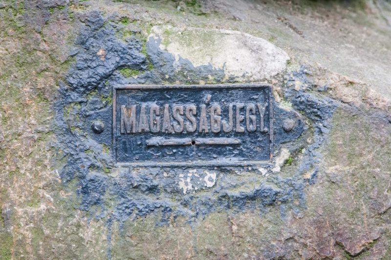 """Nadap, 2014. október 25. A Velencei-hegységben, Nadapon a szintezési õsjegy 1888-ban felállított emlékmûve mögötti függõleges sziklafalfelületre elhelyezett  """"MAGASSÁGJEGY"""" jelzés, illetve a szöveg alatti vízszintes vonal a tényleges magasság megjelölése. MTVA/Bizományosi: Faludi Imre  *************************** Kedves Felhasználó! Az Ön által most kiválasztott fénykép nem képezi az MTI fotókiadásának, valamint az MTVA fotóarchívumának szerves részét. A kép tartalmáért és a szövegért a fotó készítõje vállalja a felelõsséget."""