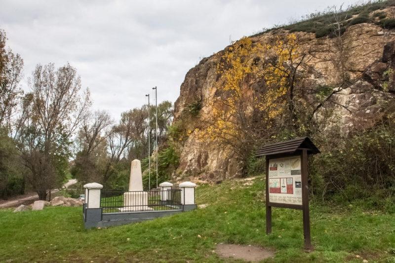 Nadap, 2014. október 25. A szintezési õsjegy 1888-ban állított emlékmûve a Velencei-hegységben, Nadapon. A szintezési õsjegy a térképészet és az építészet egyik legfontosabb meghatározójának, a magasság mérésének magyarországi legfõbb viszonyító pontja. Ebbõl mindjárt kettõ is van, az ún. Adria feletti szint, valamint a késõbb meghatározott Balti szint Fõalappontja. Azért települtek ide, mert ez a pont az ország geológiai szempontból legállandóbb pontja.  MTVA/Bizományosi: Faludi Imre  *************************** Kedves Felhasználó! Az Ön által most kiválasztott fénykép nem képezi az MTI fotókiadásának, valamint az MTVA fotóarchívumának szerves részét. A kép tartalmáért és a szövegért a fotó készítõje vállalja a felelõsséget.