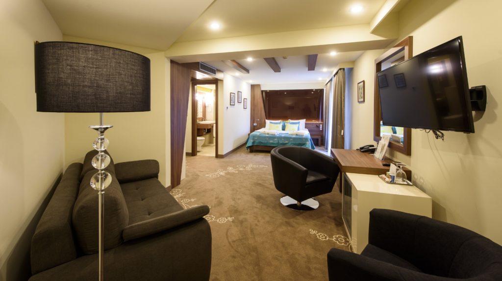 Hollókõ, 2016. október 7. Az egyik szoba a Castellum Hotel négycsillagos wellness szállodában, Hollókõn a megnyitóünnepség napján, 2016. október 7-én. A 68 szobás, 120 fõs étteremmel rendelkezõ komplexum akadálymentesített, és a megújuló energiaforrások tudatos használata jellemzi, hiszen az áramot napelemek szolgáltatják, és az épület nyolc százalékát valamilyen megújuló energiával mûködtetik. MTI Fotó: Komka Péter