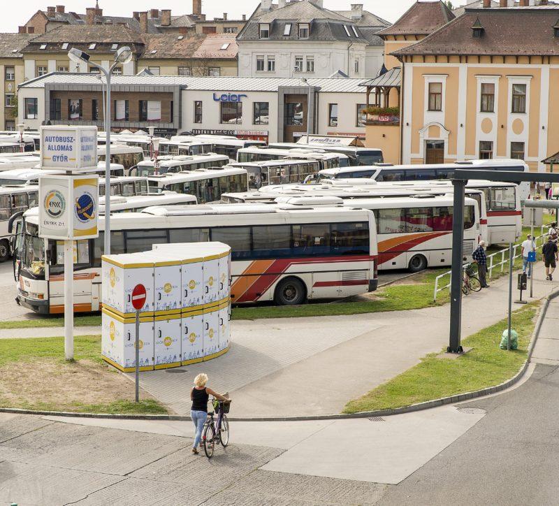 Gyõr, 2018. szeptember 17. Balról a Gyõr Box elnevezésû zárt kerékpártároló rendszer Gyõrben, a vidéki buszpályaudvar mellett 2018. szeptember 17-én. A 16 kerékpár befogadásra alkalmas rendszer használatához kártyát kell kiváltani a látogatóközpontban; egy óra tárolás negyven forintba kerül. MTI Fotó: Krizsán Csaba