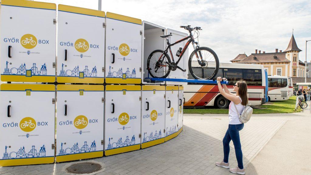 Gyõr, 2018. szeptember 17. Kerékpárt helyez el egy nõ a Gyõr Box elnevezésû  zárt kerékpártároló rendszer egyik tárolójában Gyõrben, a vidéki buszpályaudvar mellett 2018. szeptember 17-én. A 16 kerékpár befogadásra alkalmas rendszer használatához kártyát kell kiváltani a látogatóközpontban; egy óra tárolás negyven forintba kerül. MTI Fotó: Krizsán Csaba