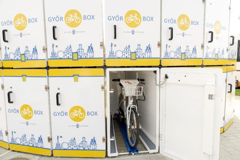 Gyõr, 2018. szeptember 17. Kerékpár a Gyõr Box elnevezésû zárt kerékpártároló rendszer egyik tárolójában Gyõrben, a vidéki buszpályaudvar mellett 2018. szeptember 17-én. A 16 kerékpár befogadásra alkalmas rendszer használatához kártyát kell kiváltani a látogatóközpontban; egy óra tárolás negyven forintba kerül. MTI Fotó: Krizsán Csaba