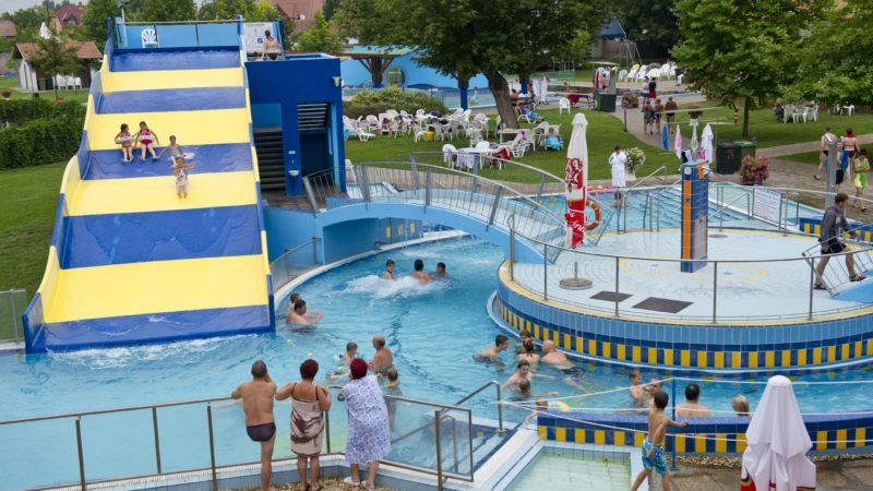 Mórahalom, 2011. július 29. Vendégek fürdenek a kültéri csúszdánál és élménymedencében, a Szent Erzsébet Mórahalmi Gyógyfürdõben. A 2010-ben átadott, EU-s támogatással megvalósult bõvítésnek köszönhetõn, több mint 70 százalékkal növekedett az elõzõ évhez képest a gyógyfürdõ forgalma, közölte Nógrádi Zoltán (Fidesz) polgármester a beruházás eredményeirõl tartott tájékoztatón. A mórahalmi önkormányzat a Dél-alföldi Operatív Program keretében 440 millió forint EU-s támogatásban részesült, a fürdõ felújításának összköltsége 880 millió forint volt. MTI Fotó: Rosta Tibor