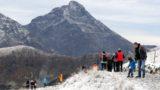 Zakopane, 2018. szeptember 22. Az 1987 méteres Gáspár-csúcson turisták 2018. szeptember 22-én, miután pár centiméter hó esett, a hõmérséklet pedig fagypont alá süllyedt a lengyel Tátrában, Zakopane közelében. Az elõrejelzések szerint a következõ napokban akár 20 centiméáternyi hó is hullhat a Tátrában. (MTI/EPA/Grzegorz Momot)
