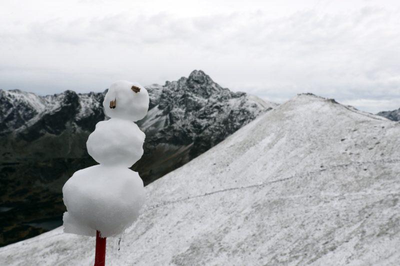 Zakopane, 2018. szeptember 22. Parányi hóember a 1987 méteres Gáspár-csúcson 2018. szeptember 22-én, miután pár centiméter hó esett, a hõmérséklet pedig fagypont alá süllyedt a lengyel Tátrában, Zakopane közelében. Az elõrejelzések szerint a következõ napokban akár 20 centiméáternyi hó is hullhat a Tátrában. (MTI/EPA/Grzegorz Momot)