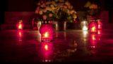 Eger, 2017. október 28. Mécsesek és virágok egy síron az egri Szent Donát temetõben a közelgõ mindenszentek ünnepe és halottak napja elõtt, 2017. október 28-án. MTI Fotó: Komka Péter