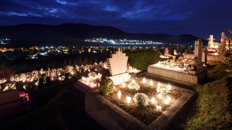 Felsõtárkány, 2017. november 1. Mécsesek égnek a felsõtárkányi temetõben mindenszentek napján, 2017. november 1-jén. MTI Fotó: Komka Péter