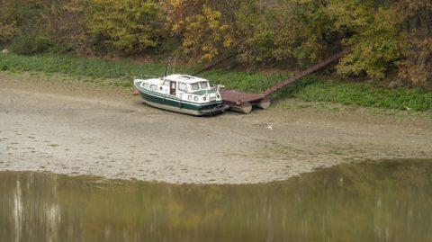Medve, 2018. október 16. Megfeneklett hajó a Duna mellékágának árterében a felvidéki Medve határában 2018. október 16-án. Az augusztus óta tartó csapadékszegény idõjárás miatt a folyó vízállása a magyarországi szakaszon ismét az eddig mért legkisebb értékek közelében vagy alatta alakul a vízmércéken. MTI/Krizsán Csaba