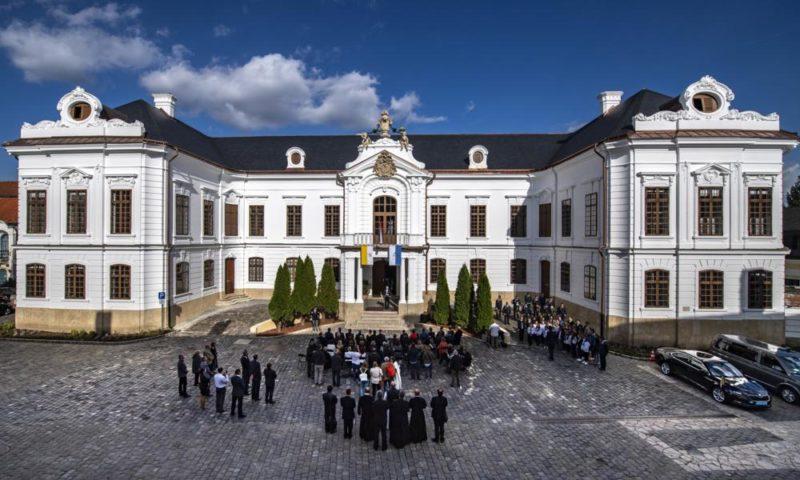 Veszprém, 2018. október 4. Semjén Zsolt nemzetpolitikáért felelõs miniszterelnök-helyettes beszédet mond a veszprémi érseki palota teljes külsõ és részleges belsõ felújítását követõ átadási ünnepségen 2018. október 4-én. MTI Fotó: Szigetváry Zsolt