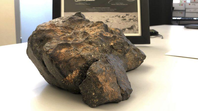 Amherst, 2018. október 10. Holdkõzet a New Hampshire amerikai szövetségi állambeli Amherstben 2018. október 10-én. A mintegy 5,5 kilogram súlyú, hat illeszkedõ darabból álló meteoritra 2017-ben bukkantak az északnyugat-afrikai Mauritániában, a Holdról származó kõzetdarab azonban talán évezredekkel ezelõtt csapódott be. A leletet egy október 11. és 18. között tartandó elektronikus aukción árverezik el, a leütési árát legalább fél millió dollárra (mintegy 140 millió forint) becsülik. (MTI/AP/Rodrique Ngowi)