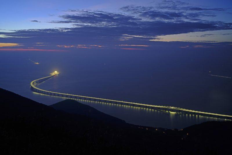 Hongkong, 2018. október 23. A Hongkong-Csuhaj-Makaó híd, a világ leghosszabb tengeri hídja Hongkongban 2018. október 21-én, két nappal a megnyitása elõtt. A három várost a Gyöngy-folyó torkolatvidékén összekötõ híd teljes hossza 55 kilométer, ebbõl a fõhíd 23 kilométer, az alagút 6,7 kilométer, és két mesterséges sziget is része a létesítménynek. MTI/AP/Vincent Yu