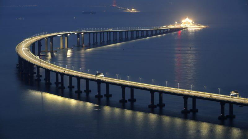Hongkong, 2018. október 23. A Hongkong-Csuhaj-Makaó híd, a világ leghosszabb tengeri hídja Hongkongban 2018. október 22-én, a megnyitása elõtti napon. A három várost a Gyöngy-folyó torkolatvidékén összekötõ híd teljes hossza 55 kilométer, ebbõl a fõhíd 23 kilométer, az alagút 6,7 kilométer, és két mesterséges sziget is része a létesítménynek. MTI/AP/Kin Cheung