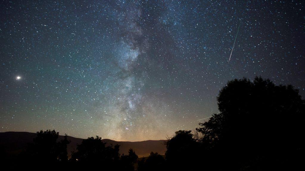 Proano, 2018. augusztus 12. A Perseidák meteorraj a Tejút közelében a spanyolországi Proanóból fotózva 2018. augusztus 12-én. A Perseidák az egyik legismertebb, sûrû csillaghullást elõidézõ meteorraj. A raj sok apró porszemcsébõl áll, amelyek a földi légkörben nagy sebességük következtében felhevülnek és elégnek. (MTI/EPA/Pedro Puente Hoyos)