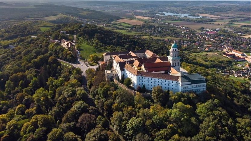 Rákacsintott egy drón Pannonhalmára | Sokszínű vidék