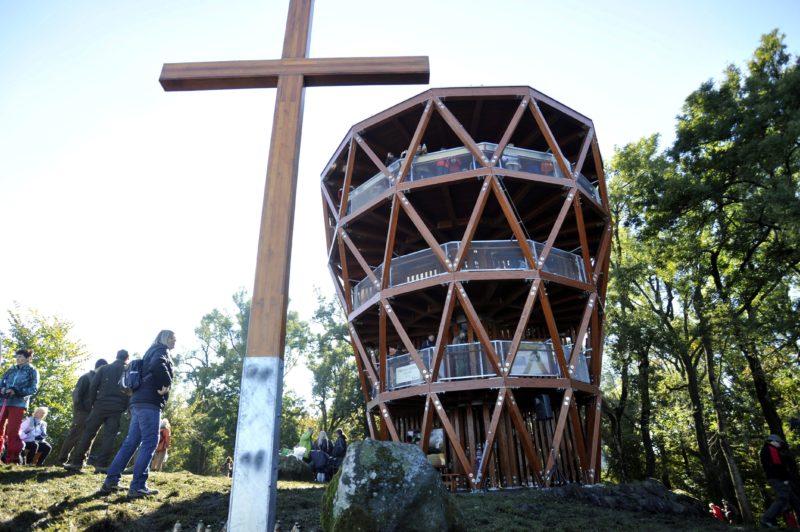 Dömös, 2016. október 22. A prédikálószéki kilátó az avatás napján, 2016. október 22-én. a Visegrádi-hegység egyik legmagasabb pontján, a tengerszint felett 639 méteren álló, 12 méteres kilátót a Pilisi Parkerdõ Zrt. építtette. MTI Fotó: Kovács Attila