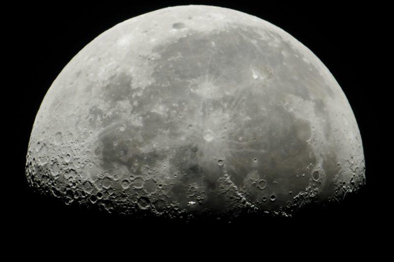 Salgótarján, 2018. július 5. A Nemzetközi Ûrállomás a Hold elõtt Salgótarjánból fotózva 2018. július 5-én. MTI Fotó: Komka Péter