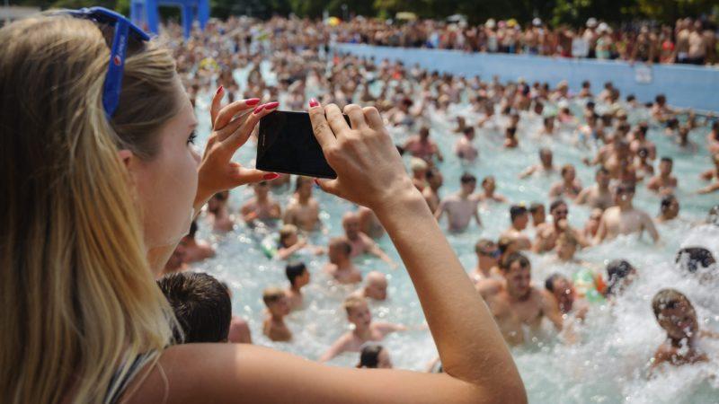 Hajdúszoboszló, 2015. július 18. Egy nõ mobiltelefonjával fényképez a hajdúszoboszlói strandon 2015. július 18-án. MTI Fotó: Czeglédi Zsolt