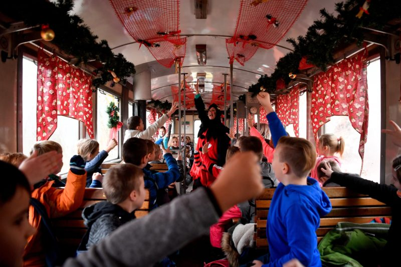 Miskolc, 2018. november 29. Krampusz játszik gyerekekkel a Diósgyõri Mikulásvonaton útban Lillafüred felé 2018. november 29-én. MTI/Czeglédi Zsolt