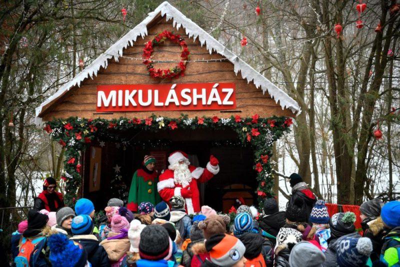 Miskolc, 2018. november 29. A Diósgyõri Mikulásvonattal érkezett gyerekek Lillafüreden, a Mikulásháznál 2018. november 29-én. MTI/Czeglédi Zsolt