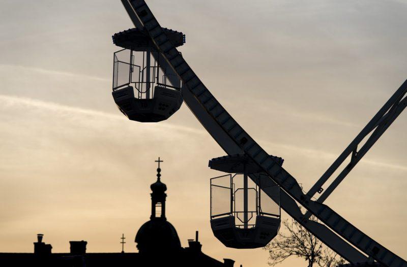 Gyõr, 2018. november 9. A Gyõr belvárosában, a Dunakapu téren álló óriáskerék fülkéi 2018. november 9-én. Az 50 méter magas óriáskerék 30 gondolája180 fõnek ad helyet. MTI/Krizsán Csaba
