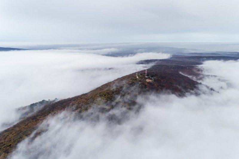 Pécs, 2018. november 24. A ködbõl kiemelkedõ Mecsek Pécs közelében 2018. november 24. MTI/Sóki Tamás