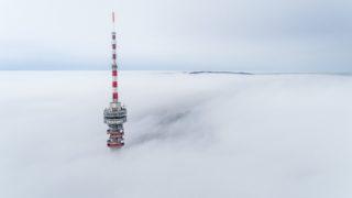 Pécs, 2018. november 24. A ködbõl kiemelkedõ Misina tetõi tévétorony Pécsen 2018. november 24. MTI/Sóki Tamás