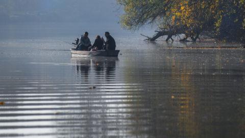 Tiszalök, 2018. november 3. Az õszutó szokatlanul meleg idõjárásában férfiak horgásznak csónakból Tiszalök térségében, a Tiszán. MTVA/Bizományosi: Oláh Tibor  *************************** Kedves Felhasználó! Ez a fotó nem a Duna Médiaszolgáltató Zrt./MTI által készített és kiadott fényképfelvétel, így harmadik személy által támasztott bárminemû – különösen szerzõi jogi, szomszédos jogi és személyiségi jogi – igényért a fotó készítõje közvetlenül maga áll helyt, az MTVA felelõssége e körben kizárt.