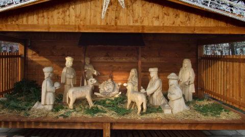 Kassa, 2017. december 13. Fából faragott betlehemi istálló-ábrázolás adventkor a város fõterén. MTVA/Bizományosi: Jászai Csaba  *************************** Kedves Felhasználó! Ez a fotó nem a Duna Médiaszolgáltató Zrt./MTI által készített és kiadott fényképfelvétel, így harmadik személy által támasztott bárminemû – különösen szerzõi jogi, szomszédos jogi és személyiségi jogi – igényért a fotó készítõje közvetlenül maga áll helyt, az MTVA felelõssége e körben kizárt.