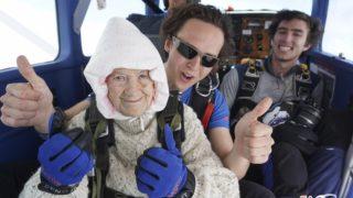 Langhorne Creek, 2018. december 12. 2018. december 8-án készült fotó a világ legidõsebb nõi ejtõernyõs ugrójáról, a 102 éves ausztrál Irene O'Shea-ról ugrás elõtt Langhorne Creek ausztrál város felett. Irene O'Shea-nak ez a harmadik ugrása, amellyel beírta magát a rekordok könyvébe. Elõször 100 évesen ugrott, majd 101 éves korában azért, hogy felhívja a figyelmet a motoneuron (MND  idegrendszeri betegségre, amelyben lánya is szenvedett halála elõtt. MTI/AP/SA Skydiving