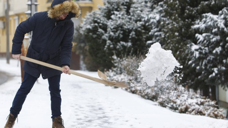 Nagykanizsa, 2018. március 19. Férfi havat lapátol Nagykanizsán 2018. március 19-én. MTI Fotó: Varga György