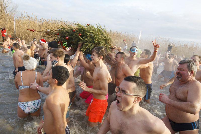 Szigliget, 2019. január 1. A december 24-én felállított karácsonyfát viszik ki a Balatonból a nyolcadik alkalommal megrendezett újévi fürdõzés résztvevõi a szigligeti strandon 2019. január 1-jén. MTI/Varga György