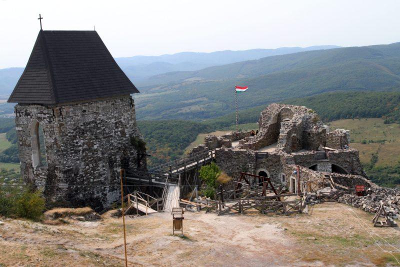 Füzér, 2012. szeptember 1.  A várkápolna (b) és a lakópalota nyugati maradványai a füzéri várban 2012. szeptember 1-jén.  MTI Fotó: Vajda János