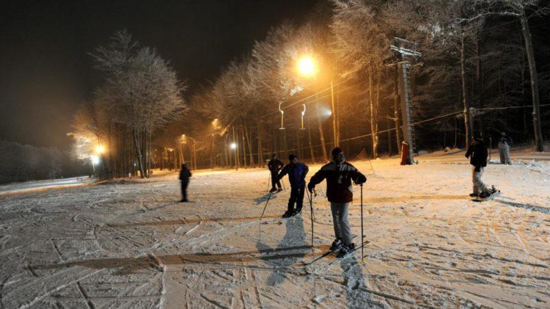 Kékestetõ, 2010. január 6. Kékestetõn január 6-tól esténként is lehet síelni a Mátra Centrum Síparkjában, miután 17-20 óráig a déli lejtõt kivilágítják, és mûködik a felvonó is a 400 méter hosszú pályán. Jelenleg a hó vastagsága 50 centiméter. MTI Fotó: H. Szabó Sándor