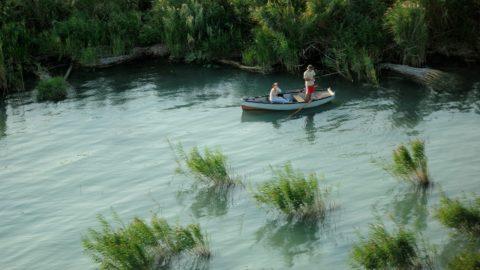 Alsóörs, 2011. augusztus 28. Nádas mellett, csónakból horgászó férfi kapásra vár Alsóörs körzetében. MTI Fotó: H. Szabó Sándor