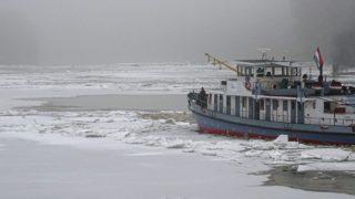 Csongrád, 2017. február 17. Jégtörõ hajó a Tiszán Csongrád határában 2017. február 17-én. A jeges áradat miatt nem üzemel a városi komp, az útvonalát szabadítja fel a jégtörõ. MTI Fotó: Donka Ferenc