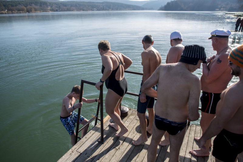 Orfû, 2019. január 1. A Pécsi-tónál tartott újévi fürdõzés résztvevõi Orfûn 2019. január 1-jén. MTI/Sóki Tamás