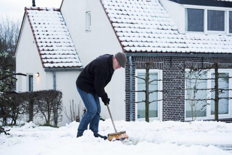 Nijmegen, 2017. január 13. Havat seper egy férfi egy tanyasi ház elõtt a hollandiai Nijmegen közelében 2017. január 13-án. (MTI/EPA/Piroschka Van De Wouw)