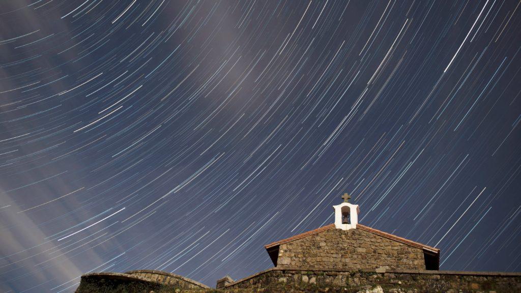 Comillas, 2018. január 4. Hosszú expozíciós idõvel készített felvételen a Quadrantidák meteorraj az észak-spanyolországi Comillasban álló Szt. István-kápolna fölött a 2018. január 4-ére virradó éjjel. (MTI/EPA/Pedro Puente Hoyos)