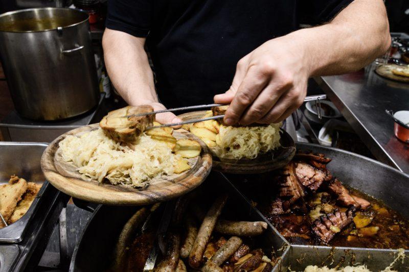 Berlin, 2019. január 18. Fatányérost készít egy szakács a magyar standon a Zöld Hét berlini nemzetközi mezõgazdasági, élelmiszeripari és kertészeti vásár nyitónapján, 2019. január 18-án. MTI/EPA/Clemens Bilam