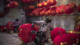 Tuntou, 2019. január 22. A 2019. január 18-i képen hagyományos lampionokat díszítenek a közelgõ kínai holdújévre egy magánkézben levõ üzemben, az észak-kínai Hopej tartománybeli Tuntou faluban. Tuntou Kína egyik leghíresebb lampionkészítõ települése, ahol nagy mennyiségben készítik a bõséget és szerencsét jelképezõ dekorációt. Az ország nemzeti színeiben készülõ piros és aranyszín díszeket az otthonokban, a közintézményekben és az utcán egyaránt használják az ünnepi hangulat megteremtésére. A kínai holdnaptár szerint idén február 5-én köszönt be az új év, amely az állatövek szerint jelölt tizenkét esztendõ közül a disznó éve lesz. A kínai újévet, más néven tavaszünnepet nem csupán Kínában, de több kelet-ázsiai országban is megtartják. MTI/EPA/Roman Pilipej